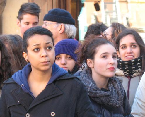 Coreto di adolescenti per l'evento One Billion Rising a Ravenna.